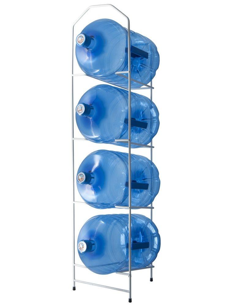 Des étagères en métal blanc pour les bouteilles ou les bonbonnes d'eau